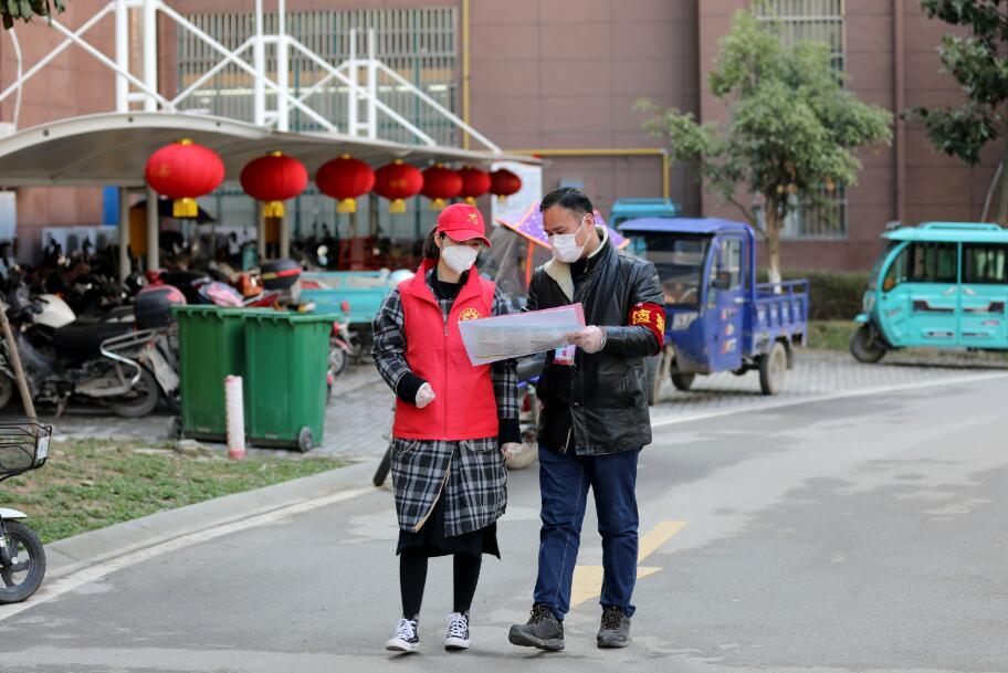 图4   2月12日,沈陈紫迪和父亲陈明一起准备到小区一户居民家中访视。