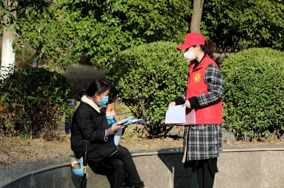 图6   2月12日,沈陈紫迪在小区内向居民宣传防疫知识。 (2)