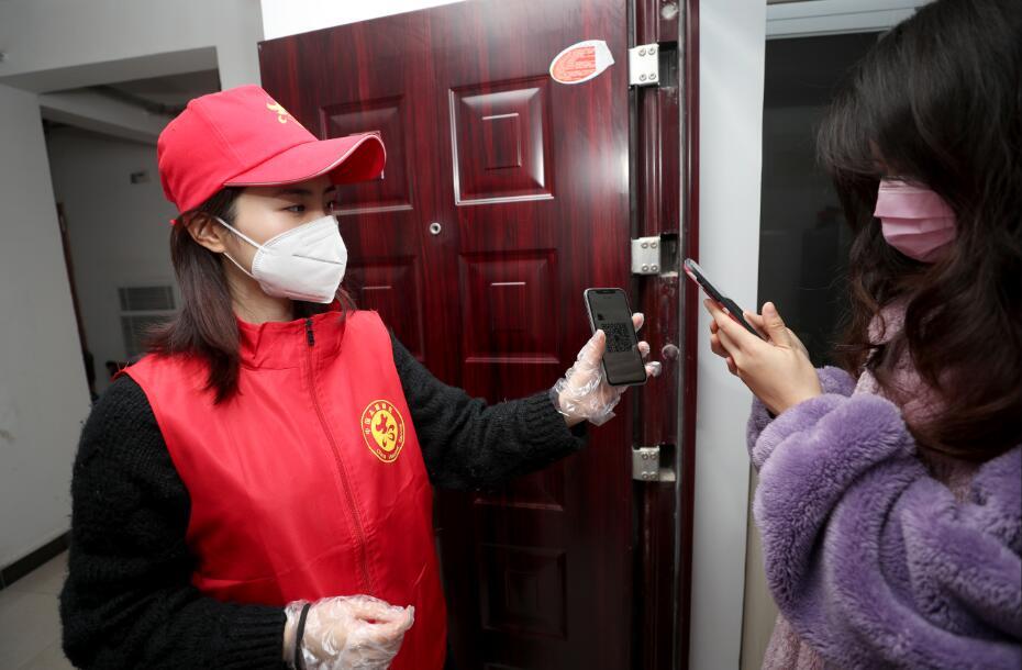图13  2月12日,沈陈紫迪和居家观察的居民互加微信,方便随时联系。 (2)
