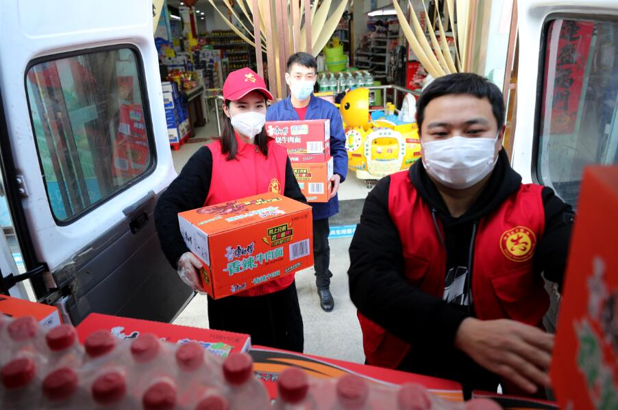 图17  2月12日,沈陈紫迪和同事一起,帮助搬运一家超市捐赠给社区的物资。