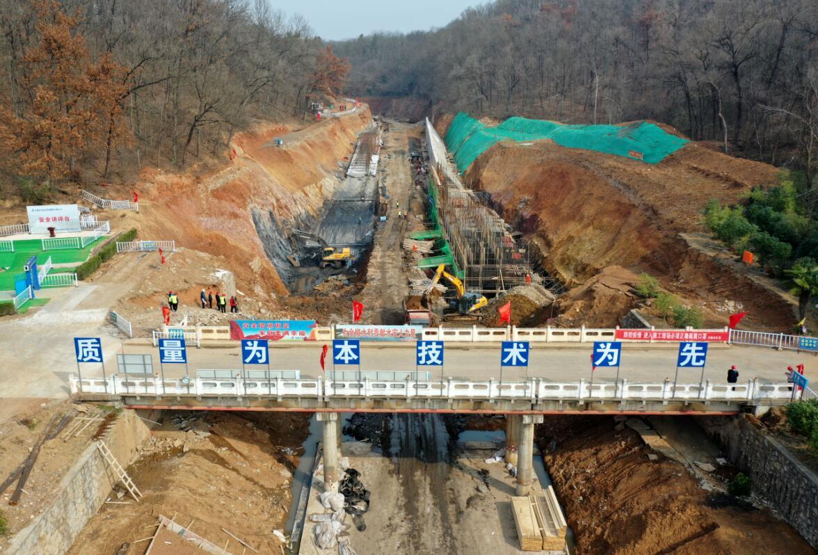 3月4日,全椒县黄栗树水库除险加固施工现场,工程机械和工人在忙碌着。沈果 摄